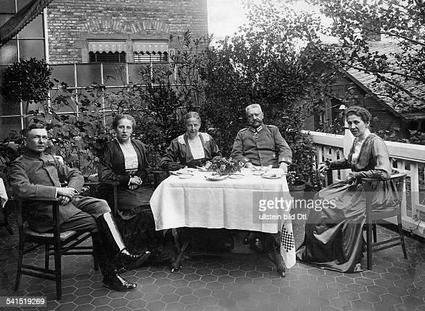 Hindenburg Paul von *02101847Offizier Politiker DGeneralfeldmarschallReichspraesident im Kreise seiner Familie beim Geburtstagskaffee vlnr...