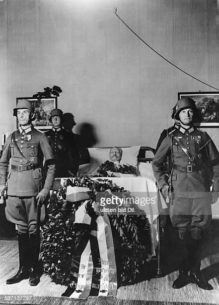 Hindenburg Paul von Offizier Politiker D Generalfeldmarschall Reichspraesident auf dem Totenbett in Neudeck 1934 Aufnahme PresseIllustrationen...