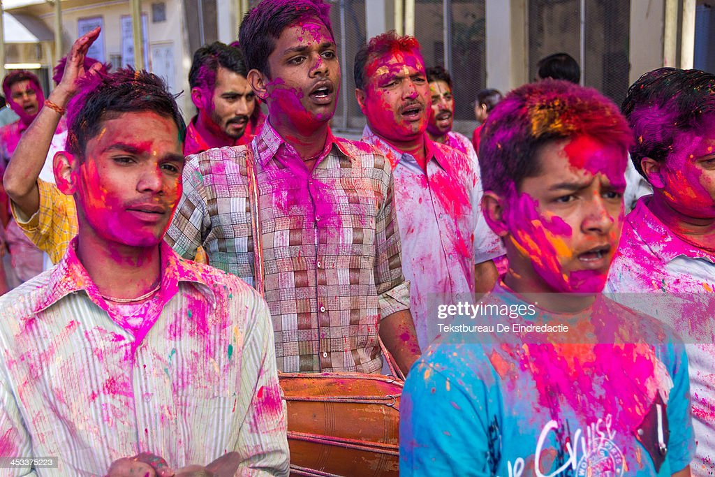 CONTENT] Hindu men and boys, covered in paint, chanting and making