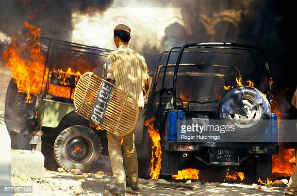 Hindu mob sets fire to police vehicles when hindu extremist massed to destroy the Babu Jammid Mosque in Ayodhya