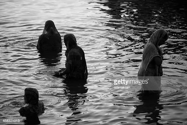 Hindú personas desean en sunrise en Ganges, varanasí