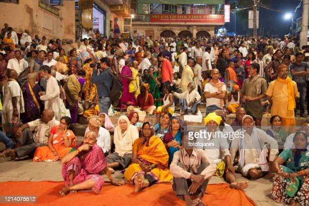 バラナシで夜に獲物のために座っているヒンズー教徒の人々 - fotofojanini ストックフォトと画像