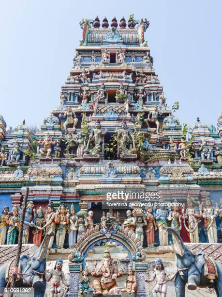 hindu temple gopuram with colorful stucco figures in the dharavi slum, mumbai, india - indian slums stock pictures, royalty-free photos & images