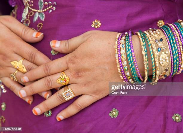 hindu woman's hands. - ブレスレット ストックフォトと画像