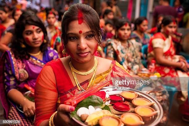 Hindu women gather to prepare their ritual for Hindu god Bipadtarini Devi in Dhaka Bangladesh July 25 2015 During the ritual of people from Hindu...