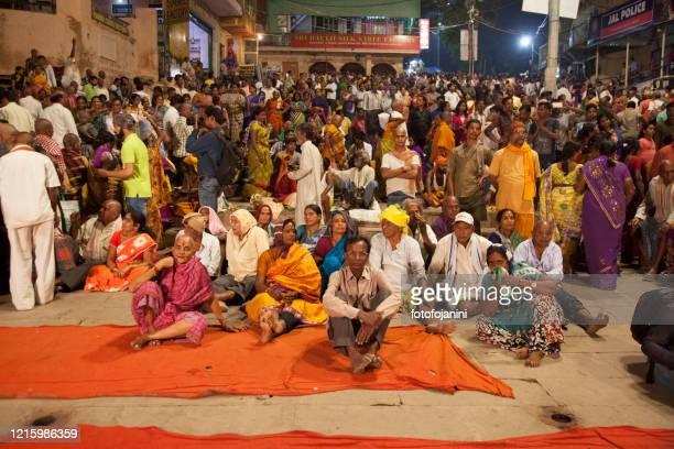 hinduist people sitting for prey at night at varanasi - fotofojanini foto e immagini stock