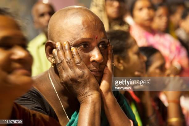 バラナシで夜に獲物のために座っているヒンズー教の女性 - fotofojanini ストックフォトと画像