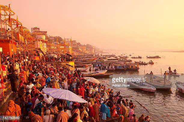 hindus gathering at the ganges, varanasi - ganges river stock pictures, royalty-free photos & images