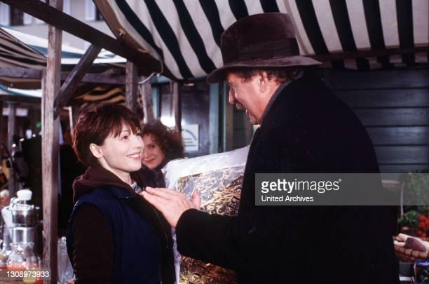 Hingerissen hängen Marias Augen auf Waldemars Rücken, der sich langsam im Marktgedränge verliert. Der sensible Mann mit den wunderbaren blauen Augen...
