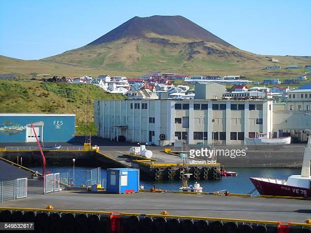 Hinter dem Hafen ist der Kegel des HelgafellVulkans zu sehen aufgenommen am 28 Mai 2012 auf der Hauptinsel Heimaey Von den 15 Island im Süden...