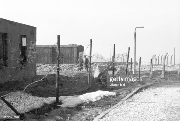 Hinter Stacheldraht und Drahtzaun liegen Gebäude des sowjetischen Militärgeheimdienstes auf dem Brocken aufgenommen imMärz 1990 Auch das...