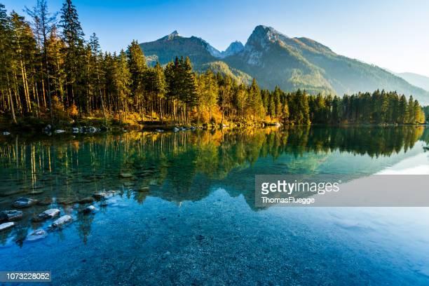hintersee im nationalpark berchtesgaden - wolkenloser himmel stock-fotos und bilder