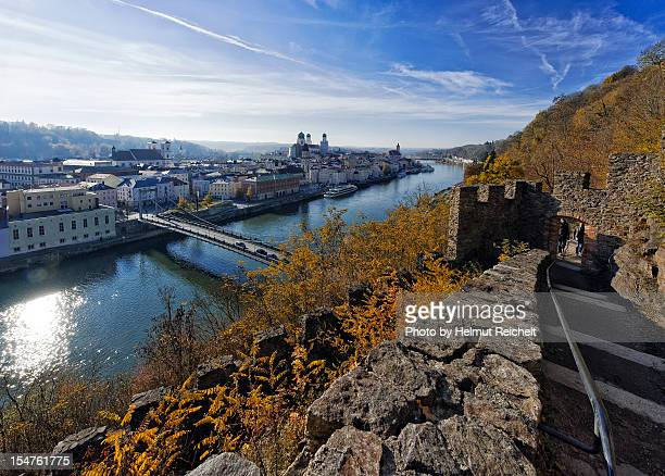 hinunter zur stadt - stadt stock pictures, royalty-free photos & images