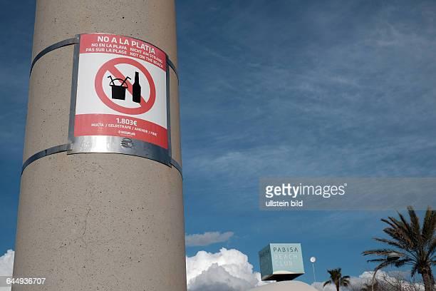 Hinweisschild Glasflaschenverbot am Strand von Palma de Mallorca Verbot von Glasflaschen und Sangriaeimertrinken Androhung von 1803 Euro Geldstrafe...