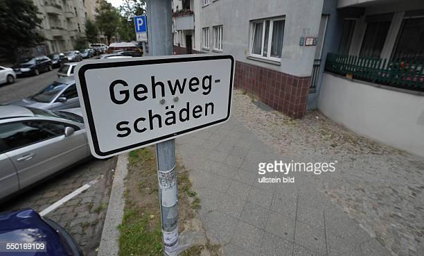 Hinweisschild zu möglichen Gehwegschäden in der Rodenbergstrasse -Gehwegschäden in Berlin-Prenzlauer Berg