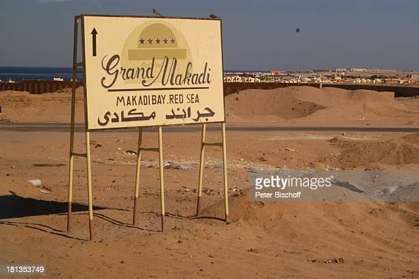 Hinweisschild zum 'Grand Makadi' Makadi Beach bei Hurghada Ägypten Afrika Wüste Schild Luxus Luxushotel ProdNr 523/2006 Reise