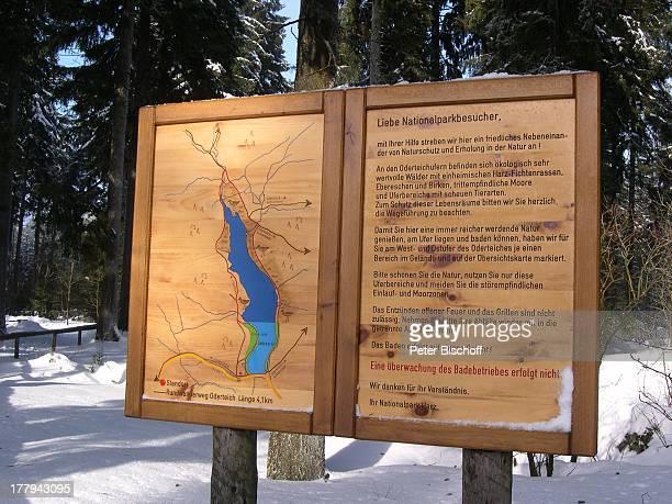 Hinweistafel im Wald bei Sankt Andreasberg Oberharz Harz Niedersachsen Deutschland Europa Winter Schnee Bäume Reise