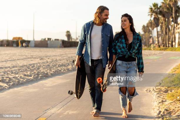 hip couple in venice beach - california - venice foto e immagini stock