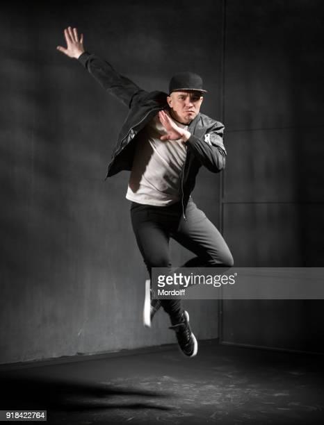 hip-hop-girl jumping - tanzkunst stock-fotos und bilder