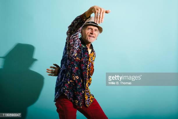 hip senior gay man dancing - gay seniors photos et images de collection