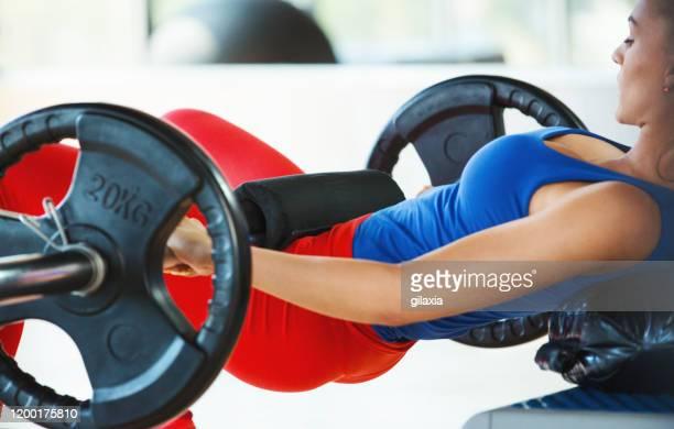 ejercicio de empuje de cadera. - culos fotografías e imágenes de stock