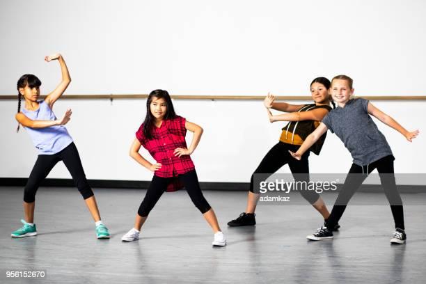groupe de danse hip-hop de jeunes filles diverse - dancing photos et images de collection