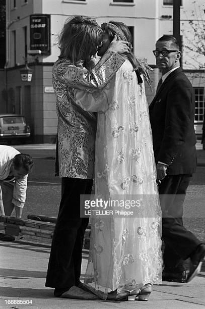 Jane Birkin And John Crittle In London Angleterre Londres 28 septembre 1967 un couple de mannequins habillés à la mode hippie s'embrasse dans la rue...