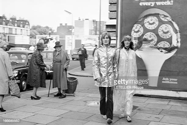 Jane Birkin And John Crittle In London Angleterre Londres 28 septembre 1967 un couple de mannequins habillés à la mode hippie marche dans la rue des...