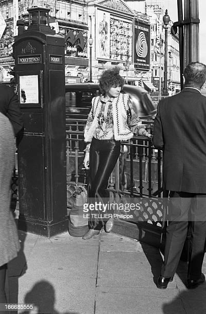 Jane Birkin And John Crittle In London Angleterre Londres 28 septembre 1967 un mannequin habillé à la mode hippie fume à côté d'un poste de police...