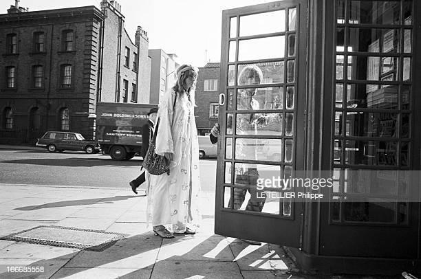 Jane Birkin And John Crittle In London Angleterre Londres 28 septembre 1967 un couple de mannequins habillés à la mode hippie marchant dans la rue...