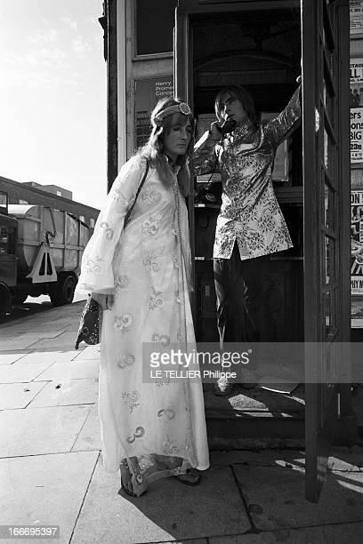 Jane Birkin And John Crittle In London Angleterre Londres 28 septembre 1967 un couple de mannequins habillés à la mode hippie dans la rue l'homme...
