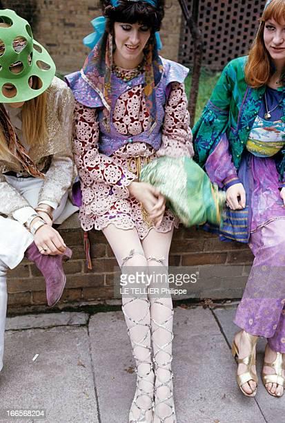 Jane Birkin And John Crittle In London En Angleterre à Londres en octobre 1967 des mannequins posent habillés à la mode hippie une filles portant un...