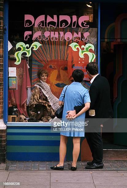 Jane Birkin And John Crittle In London En Angleterre à Londres en octobre 1967 des mannequins posent habillés à la mode hippie un couple portant des...