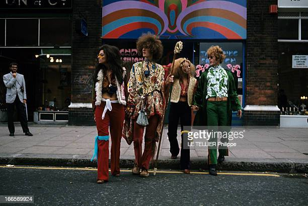Jane Birkin And John Crittle In London En Angleterre à Londres en octobre 1967 des mannequins posent habillés à la mode hippie portant des peux de...