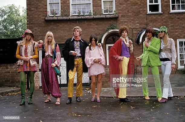 Jane Birkin And John Crittle In London En Angleterre à Londres en octobre 1967 des mannequins posent habillés à la mode hippie John CIRTTLE portant...