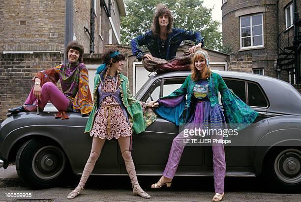 Jane Birkin And John Crittle In London En Angleterre à Londres en octobre 1967 des mannequins posent habillés à la mode hippie sur une voiture...