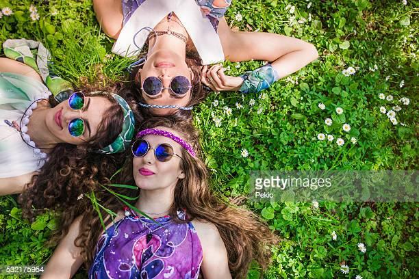 Hippie Freunde entspannend auf dem Rasen