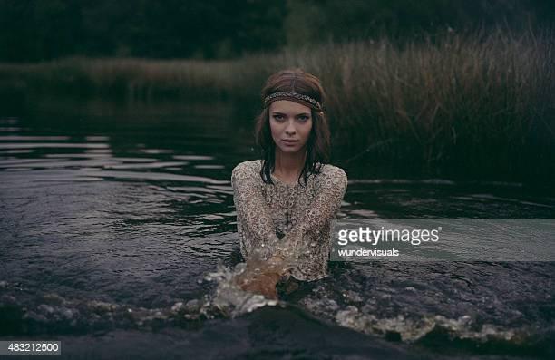 Hippie-Mädchen, stehend in einem See trägt ein Kleid mit Spitze