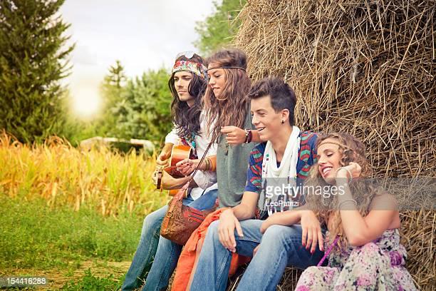 Hippie-Gruppe, die Spaß mit Gitarre