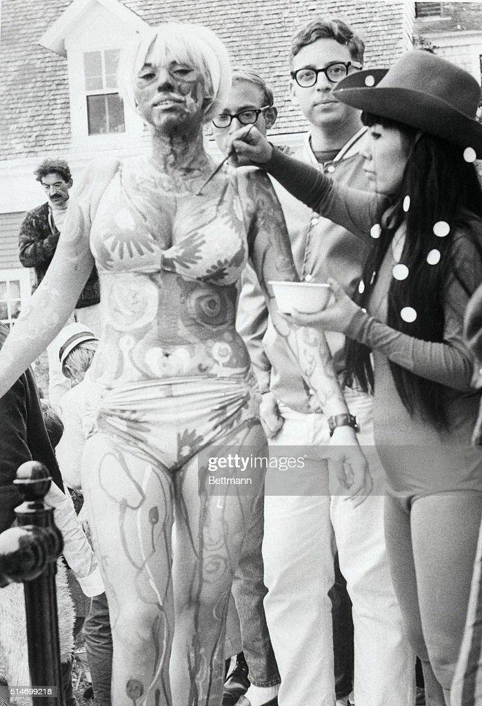Hippie Having Body Painted : News Photo