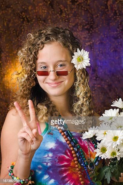 Hippie-Mädchen trägt psychedelische Stil der 1960 er Jahre, die von Peace-Zeichen