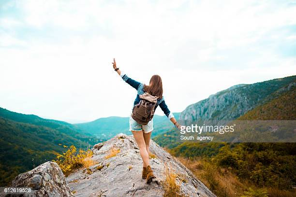 hippie woman stroll on mountain - avontuur stockfoto's en -beelden