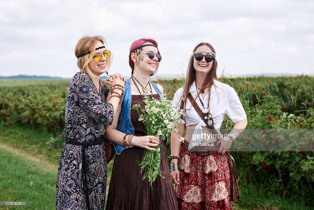 Hippie-Frauen entspannen auf dem Feld : Stock-Foto