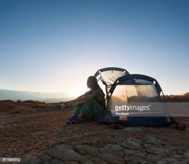 Hippie-junge Frau lagerten am einsamen Strand in Paphos, Zypern