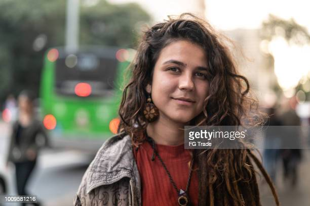 hippie young woman portrait in the city - adolescência imagens e fotografias de stock