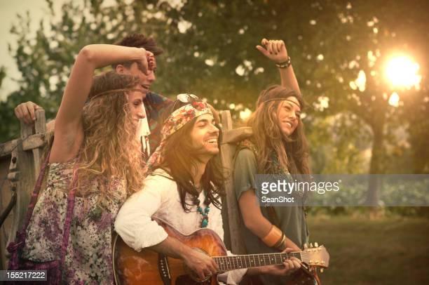 Hippies Tanzen und Spielen Gitarre. 70 er Jahre.