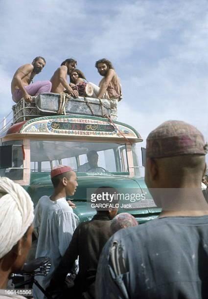 On The Road Of India Groupe de hippies sur le toit d'un autobus à Kaboul