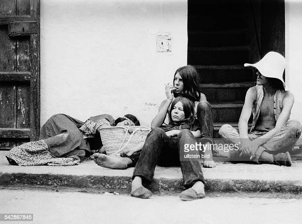 Hippies vor der Bause Bar in Isleno auf der Insel Ibiza Spanien Balearen1970