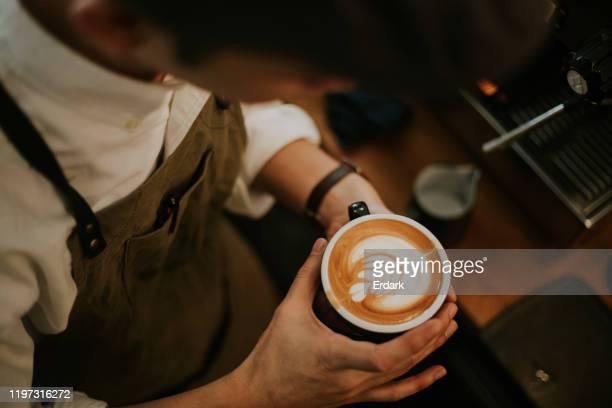 hipster barista mannen maken koffie kopje latte art stockfoto - koffie stockfoto's en -beelden