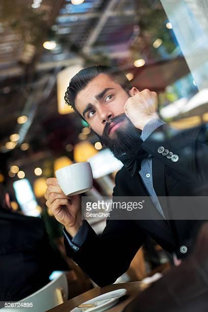 カプチーノを飲みながらヒップスターのビジネスマン